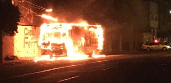 2ago2016---onibus-e-incendiado-por-criminosos-nesta-terca-feira-2-em-mossoro-no-rio-grande-do-norte-1470191549889_615x300